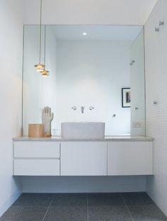 salle de bain; meuble et miroir                                                                                                                                                                                 More