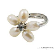 Inel Reglabil White Flower    Un inel deosebit in forma de floare cu un cristal in mijloc si cu 5 perle naturale albe. Inelul are marime reglabila.Detalii: http://cadourisiperle.ro/produse/inele-cu-perle/inel-reglabil-white-flower1