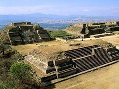 Monte Albán La ciudad fue fundada aproximadamente en el año 300 a.C. Se ubica a 10 kilómetros de la capital del estado de Oaxaca. De acuerdo a estudios realizados sobre el estilo arquitectónico de los edificios, las tumbas y los trabajos artesanales, se ha determinado que la historia del lugar se divide en cinco épocas, desde el año 500 a.C. hasta el 1521. Fue habitada por la civilización zapoteca.