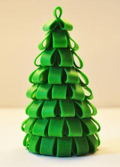 Judy's Cakes: Christmas Tree Tutorial #1  peut être réalisé en fimo, au lieu du fondant