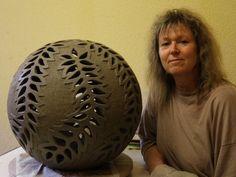 Diese 42 cm große und 13 kg. schwere außergewöhnliche Kugel aus Keramik ist mit einem wunderschönen sechsfachen Ornament verziert, das ich komplett frei handausgeschnitten habe. Die Kugel ist...