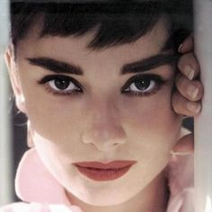 Audrey Hepburn with bushy eyebrows Straight Eyebrows, Thick Eyebrows, Hollywood Icons, Old Hollywood, Audrey Hepburn, Thick Eyebrow Shapes, Bushy Eyebrows, Eye Brows, Eyebrow Styles