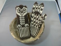 Convertable Owl Mitts - This pattern is available as a free Ravelry download.  Welcome to my first pattern! This is a warm mitten sized for small children with a slit to slip out little fingers. I'm sure corrections and new variations will be included as more folks knit it.