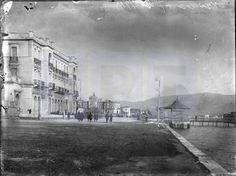 Μπροστά αριστερά το Grand Hotel και στο βάθος το ξενοδοχείο Ακταίον.Pireorama ιστορίας και πολιτισμού: Αφιέρωμα στην χρυσή εποχή του Νέου Φαλήρου