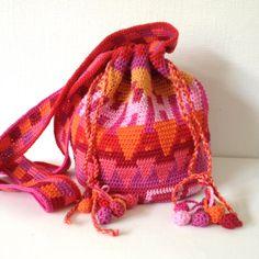 Tapestry crochet: bag inspired by mochila Cute Crochet, Crochet Crafts, Crochet Yarn, Hand Crochet, Crochet Projects, Tapestry Bag, Tapestry Crochet, Mochila Crochet, Creative Knitting