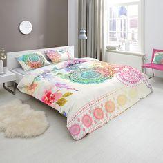 HIP Mako-Satin Bettwäsche Selma mit Reißverschluss. Bunte Ornamente und einzelne Akzente im Batik-Style machen die weiße Bettwäsche, aus Baumwolle, so einzigartig. Der zarte Glanz, dieser weichen Bettwäsche, komplettiert das Design auf schönste Weise. www.bettwaren-shop.de