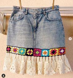 Crochet Designs, Crochet Patterns, Denim Outfit, Crochet Flowers, Denim Skirt, Ideias Fashion, Tees, Instagram Posts, Clothes