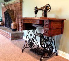 Restored 1930s Singer vintage sewing machine on the Lina and Vi blog - linaandvi.blogspot.com #thewaysewingusedtobe