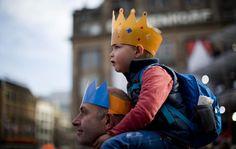 Menino assiste cerimônia de abdicação de reinado pela atual princesa Beatrix