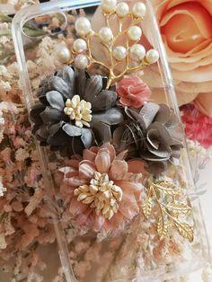 HANDMADE PHONE CASE diy Elegant flowers phone case pearls Diy Phone Case, Phone Cases, Elegant Flowers, Handmade Items, Table Decorations, Pearls, Iphone, Fat, Accessories