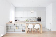 Duża otwarta kuchnia jednorzędowa dwurzędowa z wyspą z oknem, styl skandynawski - zdjęcie od Interiology