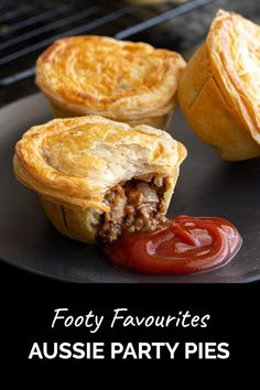Mini Pie Recipes, Cheesy Recipes, Beef Recipes, Cooking Recipes, Party Pies Recipe, Aussie Pie, Australian Meat Pie, Australian Bakery, Meat Pie Pastry Recipe