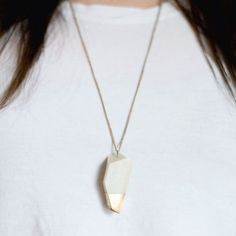 This ‪DIY‬ geometric gold-dipped pendant is easy and cheap to make, and so stylish! A perfect gift idea.