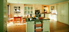 Grote landelijke keuken in crème vanille kleur. Deze keuken, model Finca van het Duitse merk Rational, is uitgevoerd met typische paneeldeurtjes zoals je veel tegen komt in landelijke keukens. Door de slimme zone indeling van deze keuken hoef je, ondanks het grote formaat, nooit te veel te lopen. Het eiland in het midden van de keuken geeft extra werkplek en extra opbergruimte. Rational
