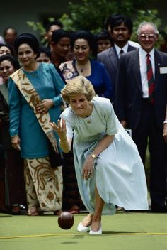 1989-11-04 Diana tries her hand at bowling at the Sitanala Leprosy Hospital in Jakarta, Indonesia