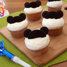 Mickey mouse cupcakes with Oreos and mini Oreos. You'll need: Batch of cupcakes Frosting Chocolate sandwich cookies, regular size and mini size Instruction Mickey Cupcakes, Birthday Cupcakes, Oreo Cupcakes, Oreo Cookies, Cartoon Cupcakes, Mini Cookies, Minnie Y Mickey Mouse, Mickey Mouse Parties, Disney Parties