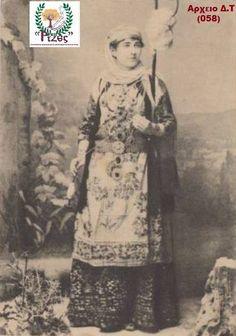 (1903) ΧΑΛΑΝΔΡΙ - Γυναίκα κάτοικος Χαλανδρίου  [ ΣΠΑΝΙΑ Cart Postal ] !!!  * Γυναίκα κάτοικος Χαλανδρίου με παραδοσιακή φορεσιά,οι ποδόγυροι στην φορεσιά της αττικής ήταν αριστοτεχνήματα υφαντικής εκείνη την εποχή  ** Αρχείο Δημήτρης Τσακιλτζής (Νο 058) Ερευνα : ΡΙΖΕΣ Μικρασιατών Χαλανδρίου (Τμήμα Διάδοσης & Διάσωσης Μικρασιατικού Πολιτισμού) Old Greek, Photographs Of People, Athens Greece, Folk Art, Greek Costumes, The Past, Painting, Jewellery, Fictional Characters