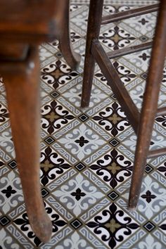 Beautiful tile flooring with a classic and interesting pattern that is not overpowering. House Tiles, Wall And Floor Tiles, Floor Rugs, Wall Tiles, Floor Patterns, Tile Patterns, Floor Design, Tile Design, Vintage Tile