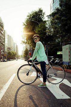 we are hot and god damn love fixed gear! Fixed Gear Girl, Commuter Bike, Life Cycles, Aesthetic Fashion, Bike Life, Taiwan, Gears, Hot Girls, Cycling