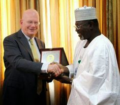 Welcome to Nonsoloaded's blog: President Obama presents Jega with Certificate of ...