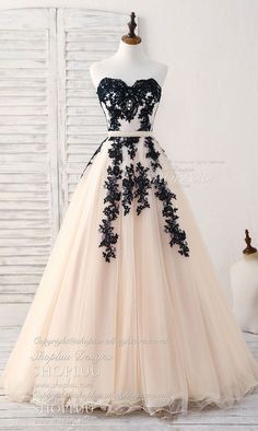 Long dress in tulle with applications of tulle, black evening dress - Abschlussball Kleider - abendkleid Cute Prom Dresses, Prom Dresses 2018, Black Prom Dresses, Grad Dresses, Ball Gown Dresses, Elegant Dresses, Pretty Dresses, Dress Outfits, Fashion Dresses