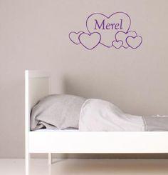 Een vrolijke muursticker van ca 60 cm breed met harten en daarin de naam van je kind.