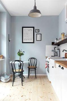 Helle Farben, weiß und schwarze Akzente - in Kathys Wohnung kommt ihre Vorliebe für den skandinavischen Stil zum Tragen. Foto: Zoe Noble Photography. Styling: @kathykunz25