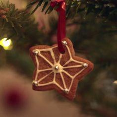 Hanging Gingerbread Biscuits Recipe by Tasty Gingerbread Biscuit Recipe, Gingerbread Cookies, Christmas Deserts, Christmas Cookies, Christmas Time, Christmas Crafts, Keks Dessert, Proper Tasty, Buzzfeed Tasty