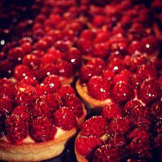 Babeczki z malinami pyszniutkie! Z delikatnym kremem i soczystymi owocami! #niebowgebie #krakowskiewypieki #pysznosci #babeczka #maliny #zjem