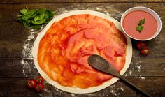 pizza dough with tomato sauce on rustic wooden table Pizza Sauce Recipe No Cook, Papa John's Pizza, Pizza Pizza, Cooking With Beer, Making Homemade Pizza, Perfect Pizza, Homemade Pickles, Beer Recipes, Gourmet