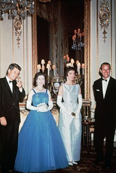 President John F Kennedy and First Lady Jackie Kennedy pay a visit to the royal family in England John F Kennedy Queen Elizabeth II Jackie Kennedy. Jfk And Jackie Kennedy, Os Kennedy, Jaqueline Kennedy, Princesa Margaret, Princesa Diana, Princess Elizabeth, Queen Elizabeth Ii, Prinz Philip, Look Star