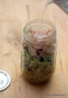 Noodle in a jar : 1 pot type Mason Jar transparent, des nouilles chinoises, pâte…