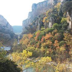 Colores de #otoño en la Foz de Lumbier -> http://www.turismo.navarra.es/esp/organice-viaje/recurso/Patrimonio/3039/Foz-de-Lumbier.htm (Foto @uxuanonita - #Instagram)