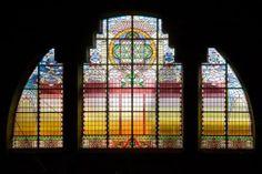 Karakteristieke glas-in-lood ramen als opvallend element binnen de synagoge, Groningen