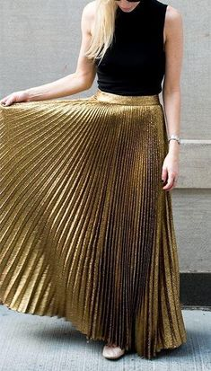 Amazing gold pleated maxi skirt but with a long sleeve black lace top for fall ❤️😍❤️ Gold Pleated Skirt, Pleated Skirt Outfit, Metallic Skirt, Dress Skirt, Maxi Skirts, Long Skirts, Long Gold Skirt, Metallic Gold, Gold Glitter