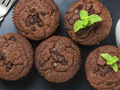 Chocolate Muffins, Mini Muffins, Wooden Tables, Mint, Sweets, Healthy Recipes, Cookies, Breakfast, Food