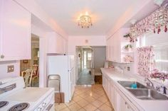 This house may look ordinary — but it has an incredible kitchen. The powder pink kitchen, and all its appliances, have never been used. 1950s Decor, Retro Home Decor, Elle Decor, 1950s Interior, Deco Rose, Interior Decorating, Interior Design, Interior Colors, Two Story Homes