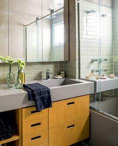 Pequeno, mas charmoso, é o banheiro idealizado por Gustavo Calazans. Azulejos retangulares cobrem as paredes. O gabinete de peroba do campo é protegido com resina poliuretânica
