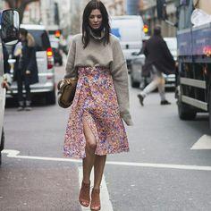 Look de saia floral com blusa de moletom no inverno