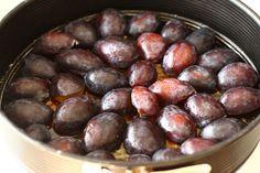 Prăjitură răsturnată cu prune caramelizate | Rețete - Laura Laurențiu