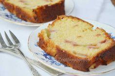 Het lijkt wel een sprookje, hoe je van een wat zure stengel een overheerlijke zachte cake kunt maken. Zo maak je hem: de rabarbercake!