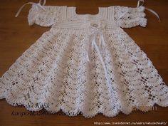 """Magnifique robe blanche pour fillette , aux jolis points fantaisies , ornée d'une fleur et de rubans satin , trouvée sur le site de """" Liveinternet.ru/users/4425294 """" , avec ses grilles gratuites ."""