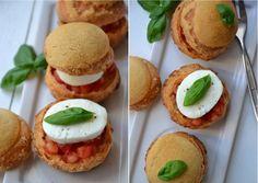 Recette Choux tomate mozzarella et craquelin de parmesan. Plus de recettes ici : http://www.ilgustoitaliano.fr/recettes/rechercher/all/all/all/parmesan-et-pates-dures/order-date-desc