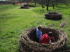 Nidos para que jueguen los niños, realizados con ramas despues del podaje de arboles