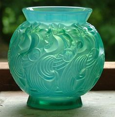 *LE MANS ~ a lovely Rene Lalique cased Opalescent turquoise Green Vase the design of stylists crowning cockerele, c. Art Of Glass, Art Deco Glass, Art Nouveau, Antique Glass, Antique Art, Green Vase, Glass Ceramic, Art Deco Design, Colored Glass