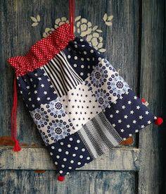 Drawstring Bag Pattern, Drawstring Bags, Potli Bags, Christmas Bags, Patchwork Bags, How To Make Handbags, Little Bag, Cute Crafts, Gift Bags