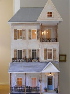 ...take a look inside this lovely dolls house!