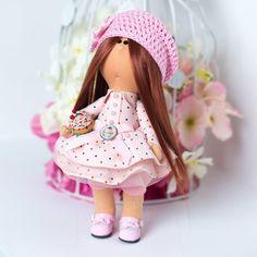 Нежная стильная авторская текстильная кукла в розовом платьице в яркий цветной горох, в вязаном розовом берете с цветком ручной работы, в стильных розовых туфельках с пирожным в руках, поясок на платье украшен пряжкой с изображением пирожного. Маленькая сластена –шатенка просто излучает детску
