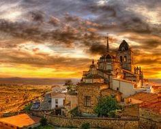 Espectacular imagen al atardecer de la Iglesia de Santa María en Jerez de los Caballeros (Badajoz - España)