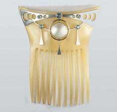 Jugendstil comb made of horn, silver, pearl, blue zircon, c. 1910.